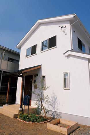 クローバーハウス 【デザイン住宅、自然素材、間取り】純白の漆喰の壁が青空に映えるシンプルな外観