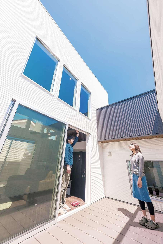 燦々と陽の光が降り注ぐ南側のテラス。通りに面した壁の開口部には格子を設けてあるので、周囲の視線も気にならないプライベート空間