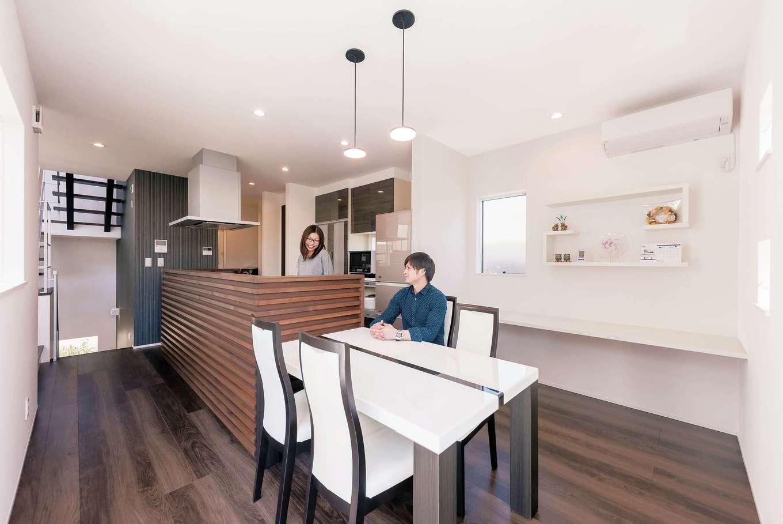 キッチンを取り囲むのは、リビングの天井と同じヒノキの無垢材の壁。程よい高さがあり、リビングに来客を通す時にもシンクが丸見えにならないから安心