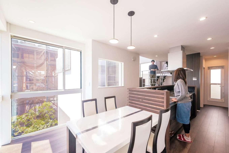 キッチン階とリビング階は、コミュニケーションが取りやすい位置関係。ダイニングのコーナーは一面が窓になっているので、朝の爽やかな光の中で一日をスタートできる
