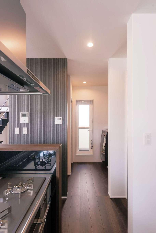 キッチンの隣にはランドリーコーナーが。食事の支度をしながらでも洗濯終了のブザーが聞こえる、便利な配置