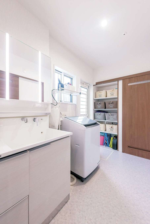三和建設【子育て、収納力、間取り】洗面脱衣所へは、階段下ホールとキッチンパントリーの2方向から出入りが可能。収納棚の隣の引き戸を開ければ、キッチンパントリーにつながり、奥さまに便利な動線