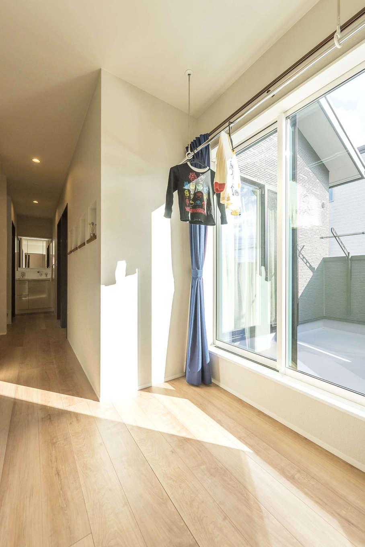 2階ホールのバルコニーに面して室内干しスペースを設けた。特に子育て中は、雨の日も待ったなしのたくさんの洗濯物も、これで安心