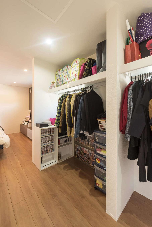 三和建設【子育て、収納力、間取り】寝室にあるウォークインクローゼット。ホール側にも扉をつけてあるので、洗濯した衣類は寝室を経由せず直接しまうことができる