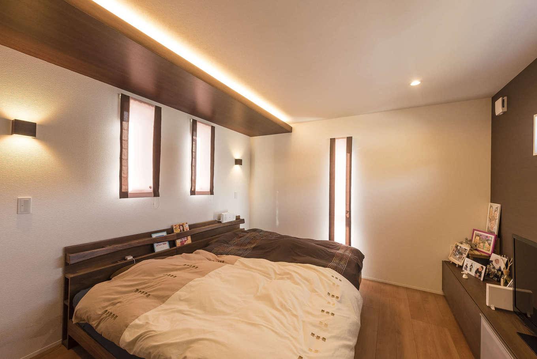 三和建設【子育て、収納力、間取り】眠りの前のひと時に穏やかな時間をもたらす、天井の間接照明。寝室もシンプルに使えるようにと、大容量のウォークインクローゼットとテレビボードを造作