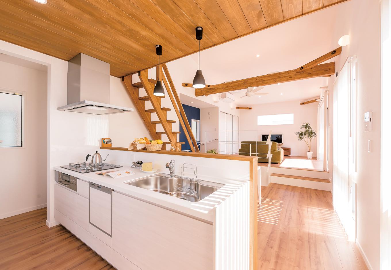 三和建設【デザイン住宅、子育て、間取り】カウンターキッチンからは、スキップフロアのリビングにも目が届き、家事をしながら家族と時間を共有できる