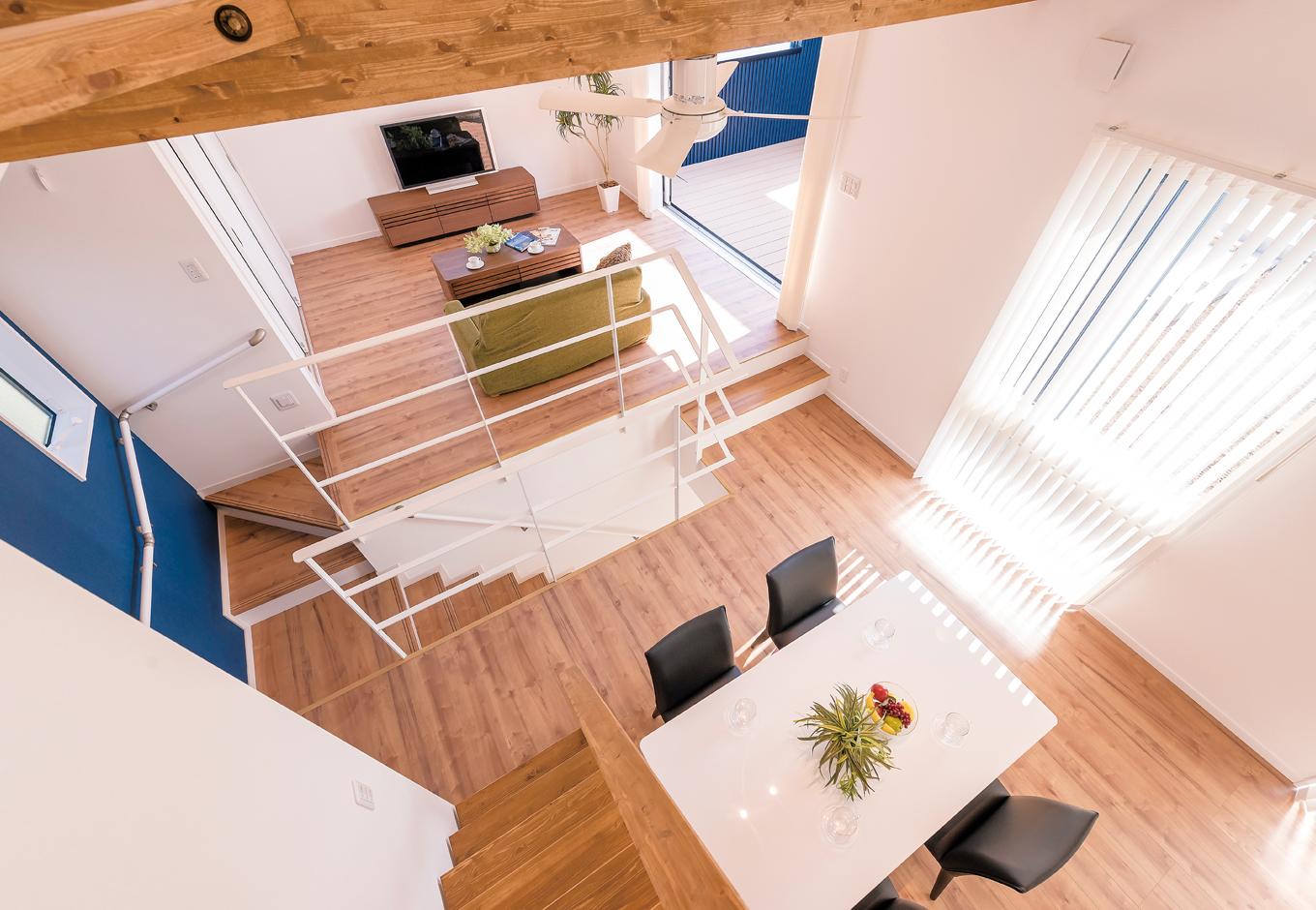 三和建設【デザイン住宅、子育て、間取り】ロフトからの眺め。勾配天井を活かした開放的な空間。階段壁面のブルーのクロスもインテリアのポイントのひとつ