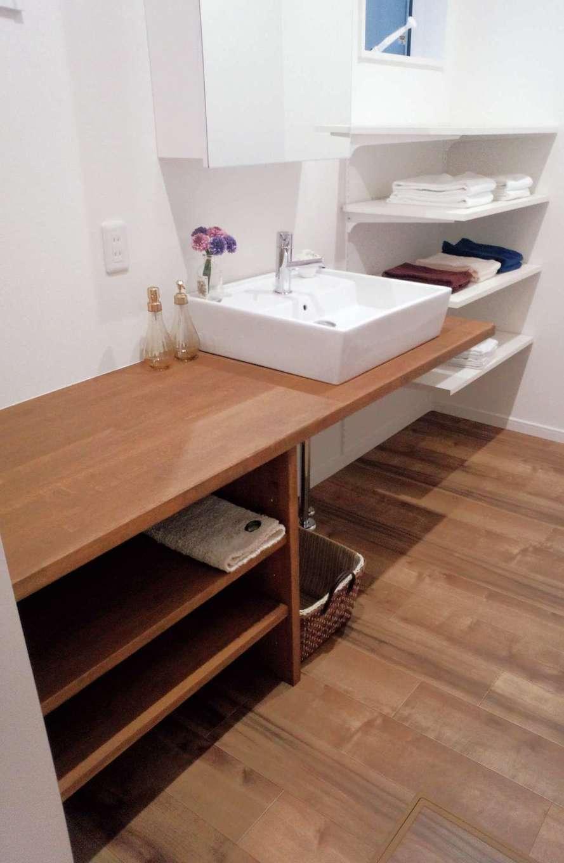 三和建設【デザイン住宅、子育て、間取り】広めのカウンターは、身支度に忙しい時間に便利なスペース。造作のオープンシェルフが使いやすい