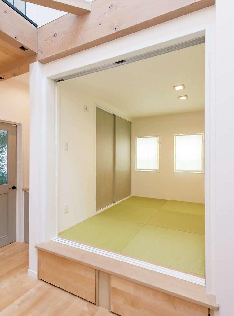 三和建設【デザイン住宅、子育て、間取り】リビングの一角にある和室は、小上がり&引き出し収納付き