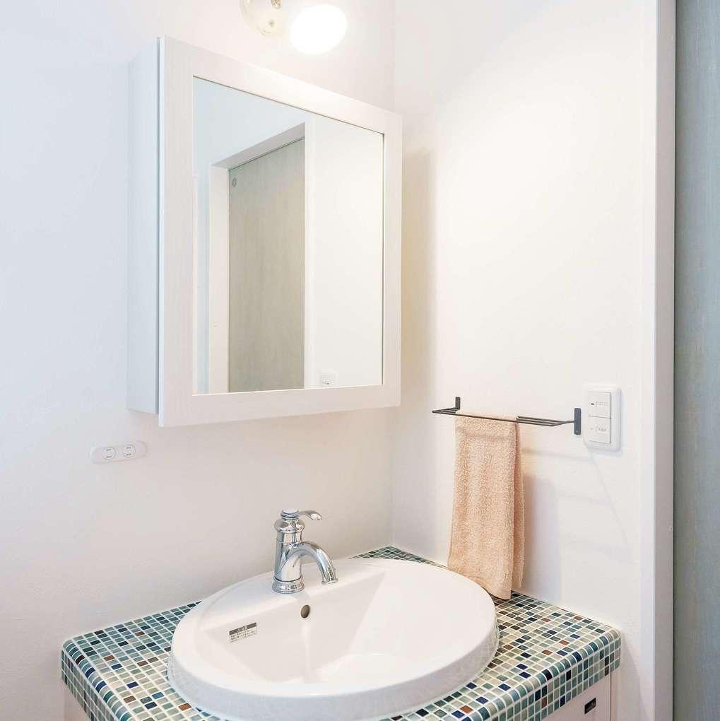 三和建設【デザイン住宅、子育て、間取り】モザイクタイルがかわいい洗面台。清潔感溢れる空間