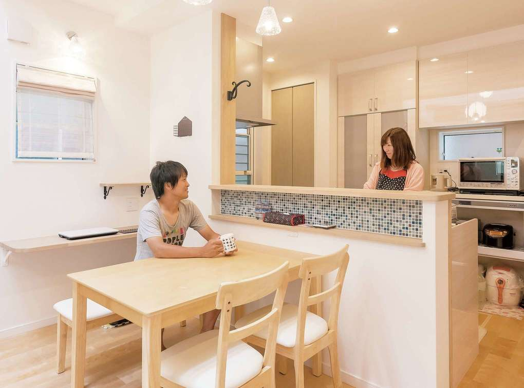 三和建設【デザイン住宅、子育て、間取り】キッチンカウンターには大きなニッチが。テーブル脇のコンセントがかなり便利だそう