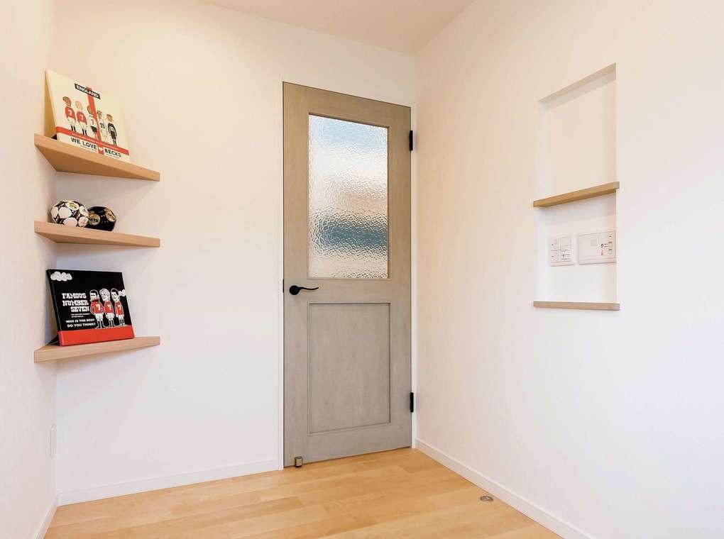 三和建設【デザイン住宅、子育て、間取り】リビングに続くカラードアがかわいい。白い壁のアクセントにも
