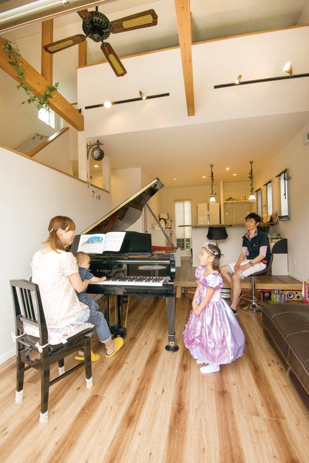 グランドピアノを家族が集まるリビングに置きたいという希望を叶えるため、段差のある多層構造と補強工事で、眺めを犠牲にすることなく、ピアノを中心にした空間を作り上げた。ベランダへつながる大きな窓と吹抜け空間のおかげで、開放感も味わえる居心地の良い部屋となった