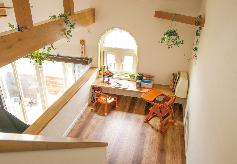 三和建設【子育て、趣味、スキップフロア】2階と小屋裏収納の中間に設けられたワークスペース。子どもたちの遊び場として活躍中