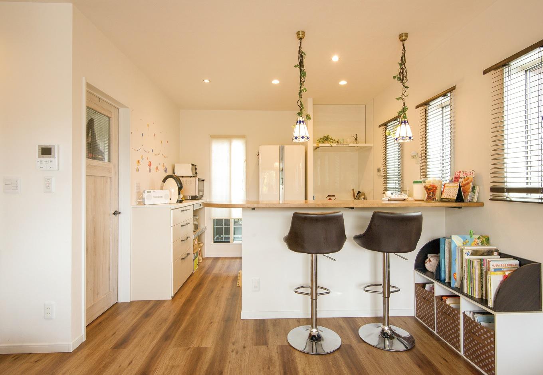 ダイニングキッチン、左手は夫妻の寝室。手前に段差があり、ピアノのあるリビングよりも視線が高くなっている
