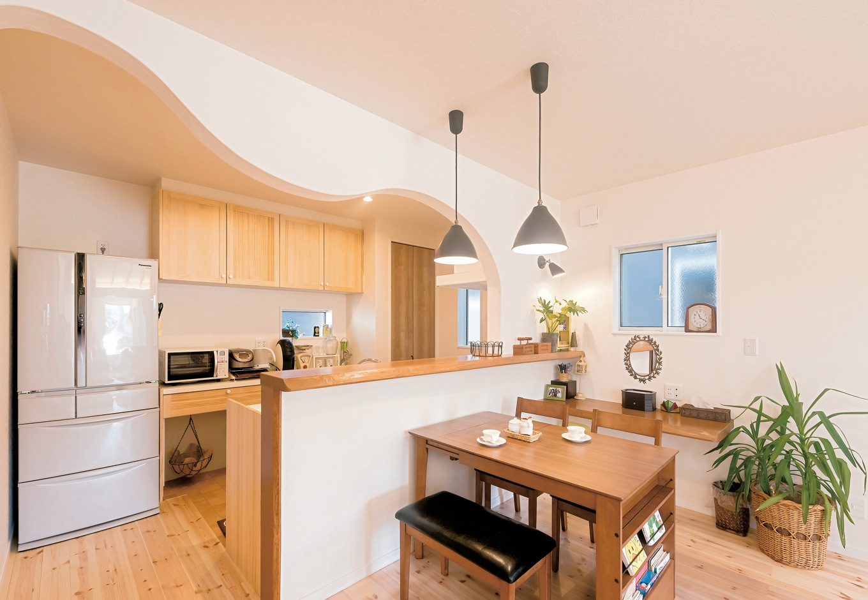 まるで要望を取り入れてあつらえてもらったかのような、アールのラインが美しいキッチンの垂れ壁。細かなデザインまで、憧れの洋風住宅のイメージ通り