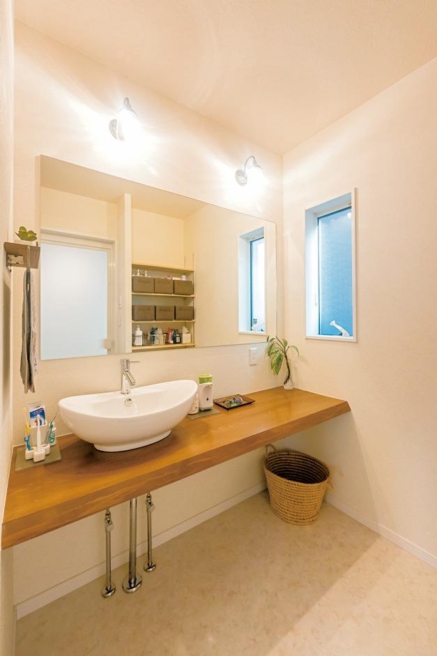 洗面台は大人が二人並んでもゆとりのスペース。ワイドな鏡は、空間をさらに広く見せる効果も