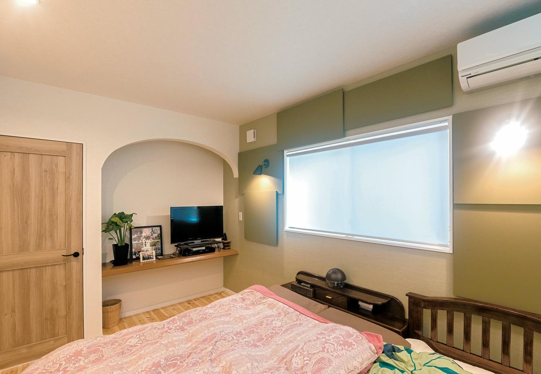 パネルを配して個性的に仕上げた寝室の壁面。テレビボードは奥さまのDIY