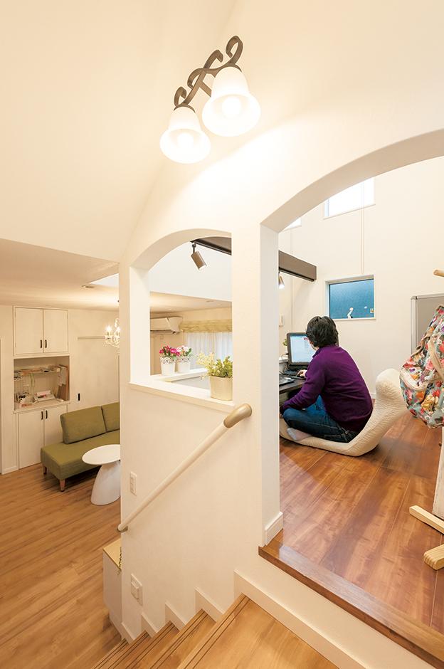 三和建設【輸入住宅、スキップフロア、インテリア】中2階にあるワークスぺースは、ご主人の書斎。仕事を家に持ち帰っても、リビングにいる家族と一緒に過ごすことができる。この下は子どもたちの秘密基地
