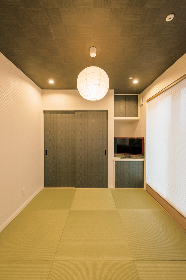 三和建設【輸入住宅、スキップフロア、インテリア】お子さんの節句飾り専用の棚と収納を設えた和室。ご主人の意向でモダンなデザインに