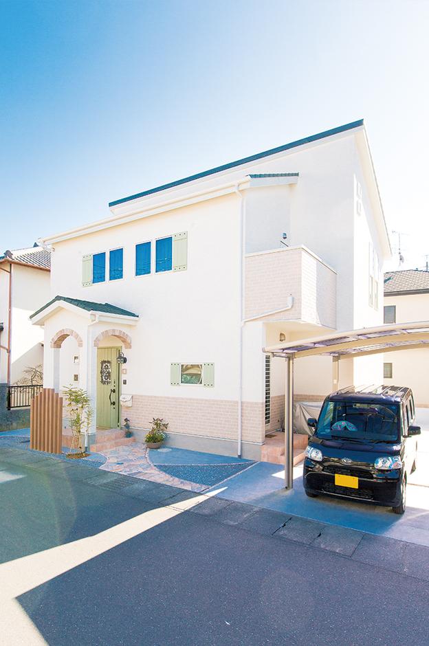 三和建設【輸入住宅、スキップフロア、インテリア】玄関ポーチのアーチがかわいい。グリーンのドアは奥さまのお気に入り
