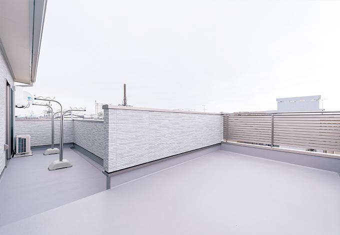 三和建設【収納力、二世帯住宅、屋上バルコニー】将来は屋上庭 園化を考えている、広々としたバルコニー