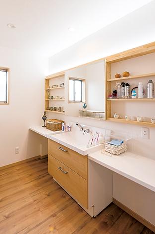 三和建設【収納力、二世帯住宅、屋上バルコニー】ホテルのように、とオーダーした3階のサニタリースペース。可動式の鏡の裏には、化粧品が収納できる