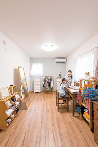 三和建設【収納力、二世帯住宅、屋上バルコニー】分割可能な子ども部屋。左右の一面だけ壁紙を変えてアクセントに