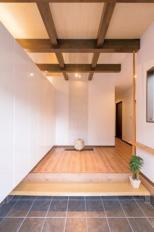 三和建設【収納力、二世帯住宅、屋上バルコニー】一枚板の敷板が存在感を示す。壁一面には大容量の収納。白い扉で圧迫感もなし