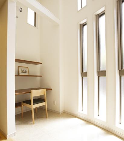 アールの空間にある書斎スペース。光が差し込み、風が抜ける開放的な空間