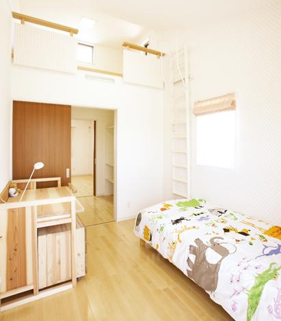 2つの子供部屋を繋ぐ共有のウォークインクローゼット。その上のロフトは屋上にもつながる