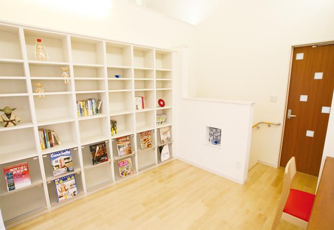 ライブラリーには高さ2mほどの作りつけ書棚が