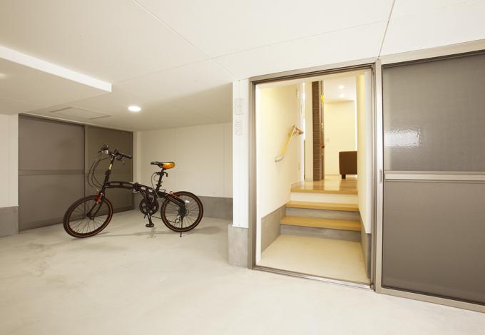 1層となる半地下は、物置&サイクリングポートとしても併用可能。日曜大工などの作業や趣味のスペースとしても有効利用できる
