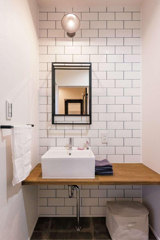三和建設【省エネ、間取り、スキップフロア】洗面にはサブウェイタイルを用いて、男前スタイルに清潔感をプラス