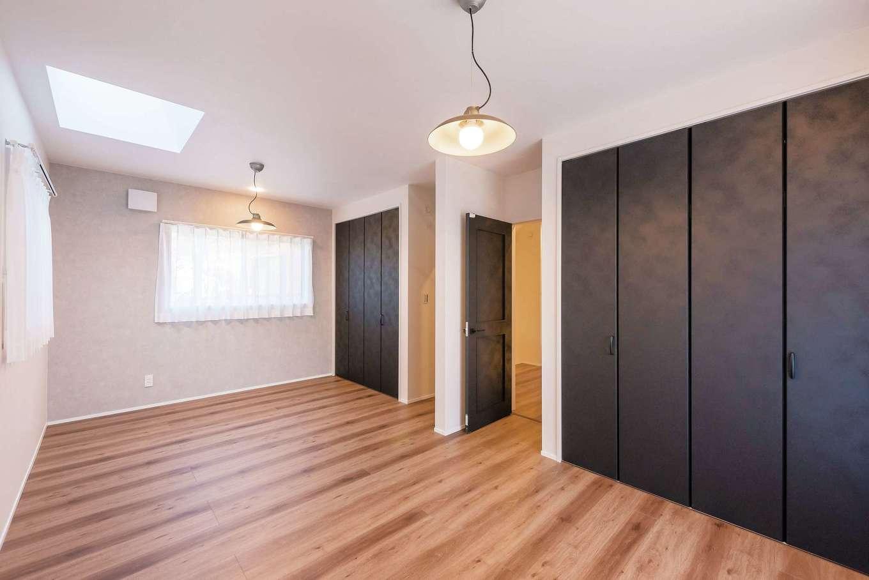 三和建設【省エネ、間取り、スキップフロア】1階のみならず、子ども部屋まで、家中のドアやクローゼットの建具は、レザー調で統一