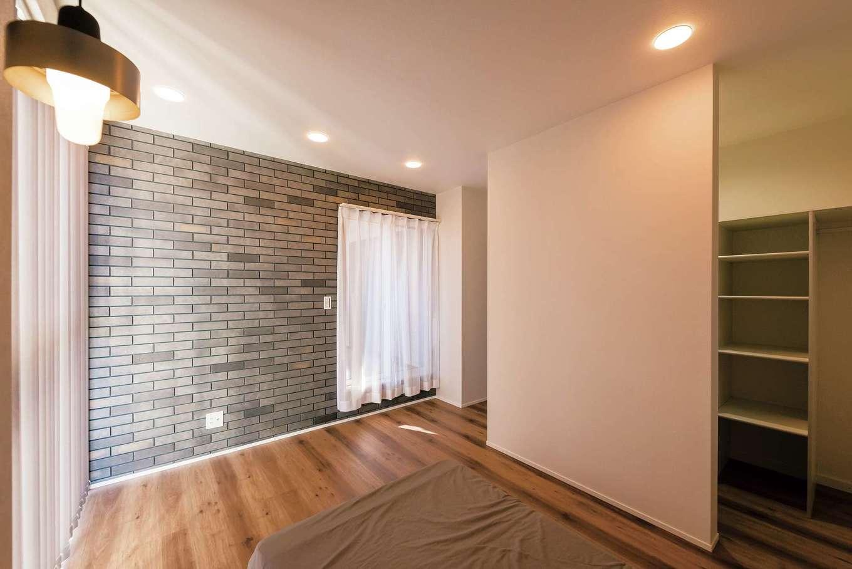 三和建設【省エネ、間取り、スキップフロア】寝室には、外壁、リビングと同じレンガを用いて、家全体のデザインに統一感を