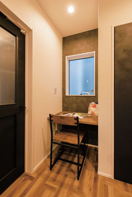三和建設【省エネ、間取り、スキップフロア】玄関、キッチンと水回りを結ぶホールの一角には、造作でワーキングデスクを。奥さまが家事の合間にひと息ついたり、ちょっと書き物をするのに便利