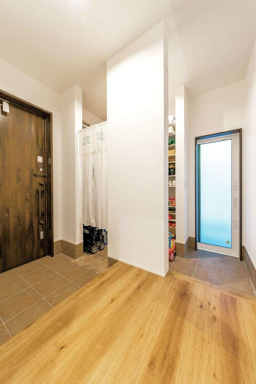 三和建設【子育て、収納力、自然素材】玄関ホールはゆったりとした空間。シューズクローゼットには自転車も収納できる
