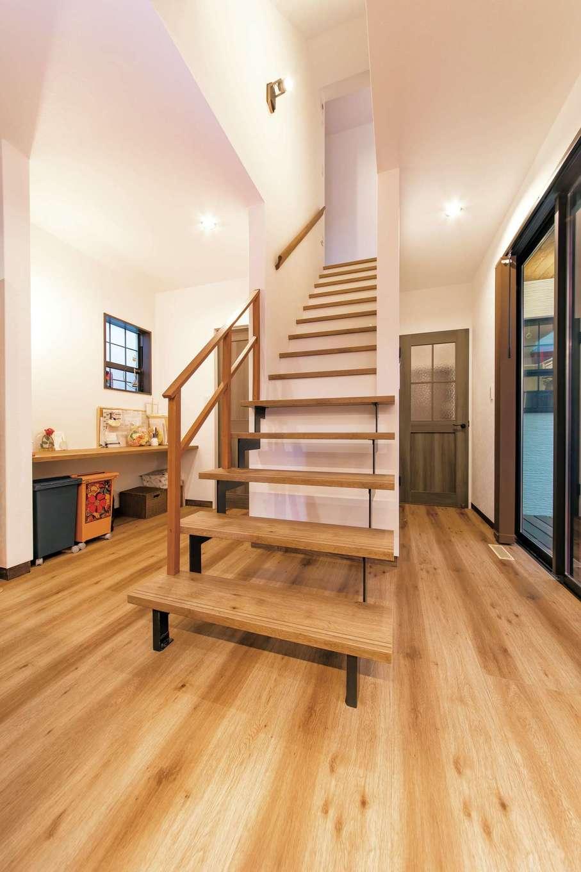三和建設【子育て、収納力、自然素材】一部をスケルトンにした階段。抜け感があるので、空間を広く見せる効果がある。子どもたちはイスがわりに腰掛けているのだそう