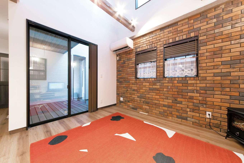 三和建設【子育て、収納力、自然素材】リビングの一面はタイル張りに。古材風の梁とも好相性