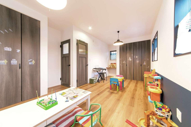 三和建設【子育て、収納力、自然素材】子ども部屋は二間続きで。シックな色調のクロスを腰壁のように用いてアクセントに。ドアやクローゼット扉も同系色でまとめている