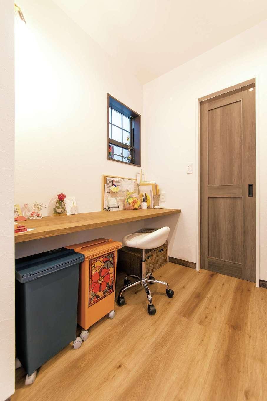三和建設【子育て、収納力、自然素材】キッチン脇に作られた家事カウンター。ちょっとした書き物をしたり、アイロンやミシン掛けをしたりと、奥さまが便利に使えるスペース