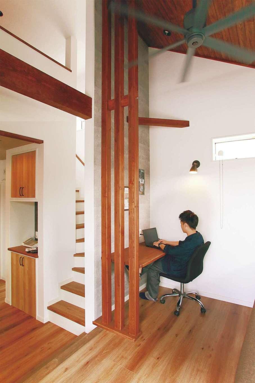 リビングの一画にはご主人の書斎が。自宅で仕事をすることもあるので、家族の近くにいられる場所にスペースをつくった