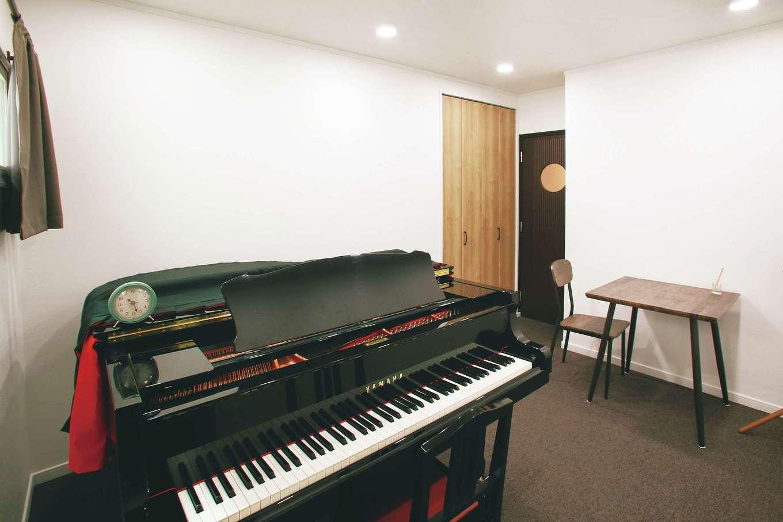 かわいい丸窓の付いた防音扉を採用したピアノ室。これまで、実家に通っていたピアノ教室のレッスンも、新居の完成と同時に、念願の自宅で行うことができるようになった