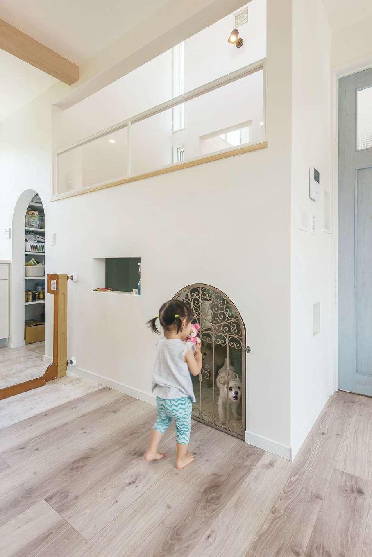 事前に用意しておいたワイヤー製の扉に合わせて、壁の一部はアーチ状に。上部は中2階ロフトの多目的スペース。「多層空間®」で縦の空間を有効活用している。