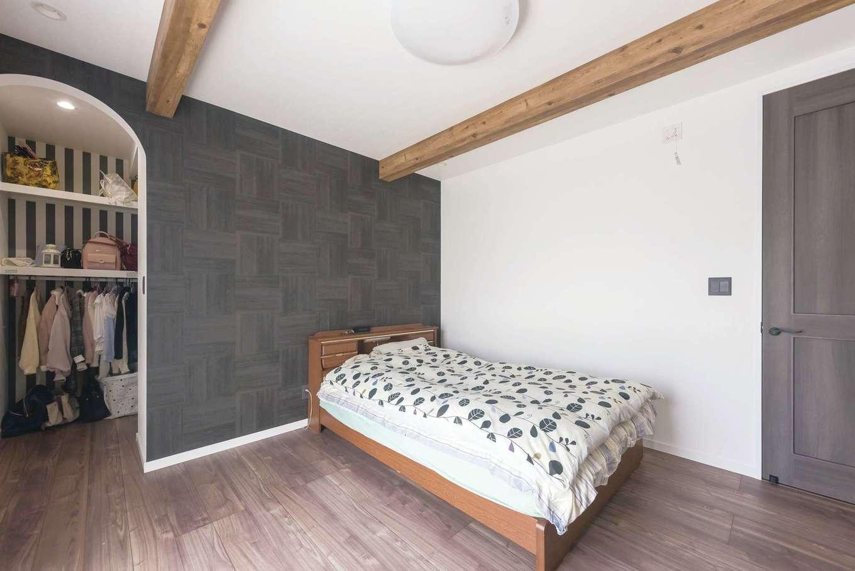 白を基調とした中で、寝室にはダークカラーのアクセントクロスを。クローゼット内はストライプのクロスをチョイス