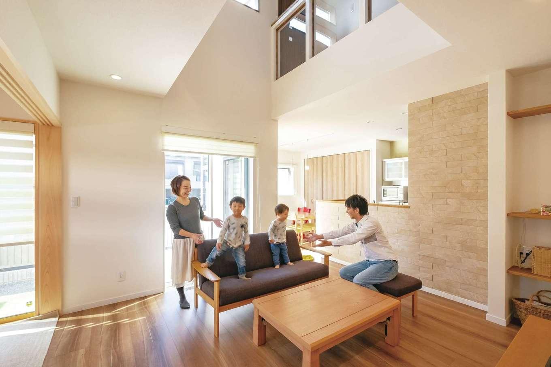 リビングを広く、明るい空間にしたいという希望を叶えたのは、L字型の配置と吹き抜け。キッチンとダイニングを横付けにすることで、ゆったりとしたスペースに。