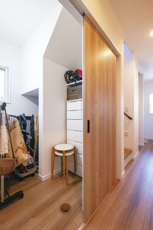 階段下のデッドスペースも収納に活用。子育て中は、子どもの衣類を収納して、玄関と洗面脱衣所を結ぶ、身支度の楽な動線を実現
