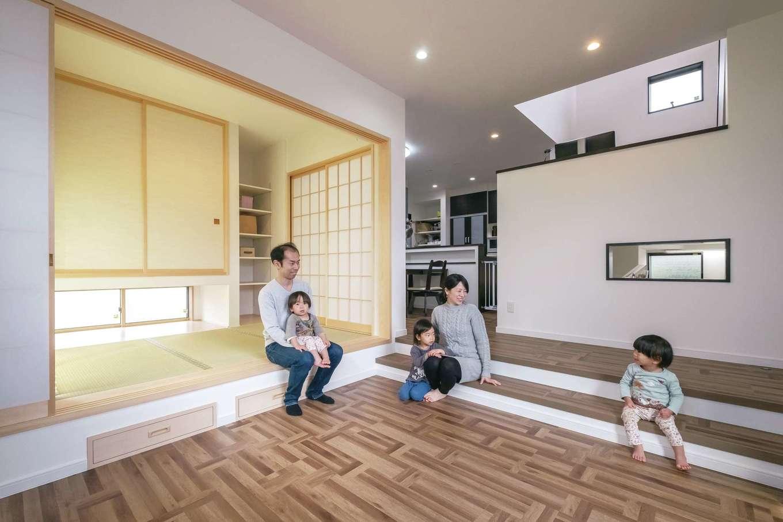 家族の繋がりを感じながら、空間にメリハリをつけたいと、リビングをフロアダウンさせてアクセントを。目線の高さにも変化が生まれ、より開放的な雰囲気に