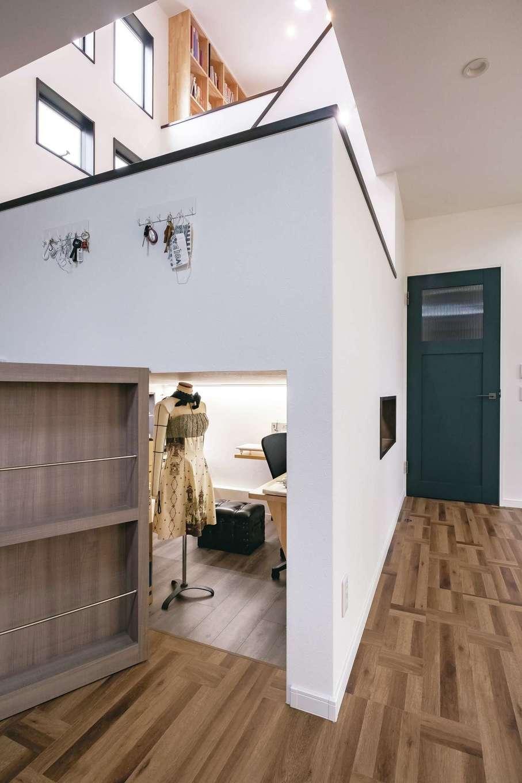限られた空間を最大限に活かすために、スキップフロアの「多層空間®」を家の中心に設置。収納はもちろん、1階はママ、中2階はパパの趣味部屋として有効活用できる